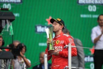 Vettel mentre riceve il premio per la seconda posizione al termine della gara.  Fonte: Twitter Vettel
