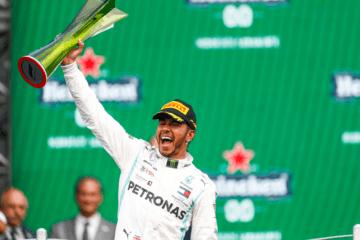 La gioia di Lewis Hamilton che, con il successo in Messico, è ormai ad un passo dal titolo 2019 (foto da: twitter.com/MercedesAMGF1)