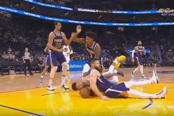 L'immagine della notte NBA: Aron Baynes (Suns) frana su Stephen Curry (Warriors), che rimedia la frattura della mano sinistra (foto da: youtube.com)