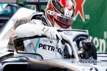 Hamilton che scende dall'abitacolo della Mercedes dopo le prove libere. Fonte: Twitter Planet F1