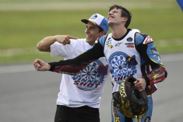 Alex Marquez festeggia con il fratello Marc la conquista del titolo 2019 della classe Moto2 a Sepang (foto da: motogp.com)