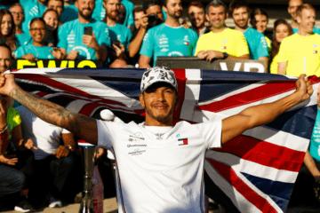 La festa di Lewis Hamilton con gli uomini del team Mercedes. Ad Austin l'inglese è diventato Campione per la sesta volta (foto da: twitter.com/MercedesAMGF1)