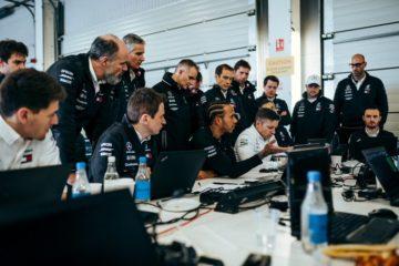 Hamilton assieme a tutta la squadra d'ingegneri artefici del successo anche in questa stagione.  Fonte: Twitter Hamilton