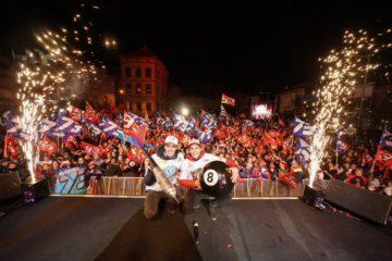 Marquez festeggia il titolo iridato assieme al pubblico di Valencia.  Fonte: Twitter Marquez