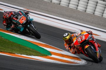 Marc Marquez, vanamente inseguito da Fabio Quartararo (anche) a Valencia, scenario dell'ultima prova del 2019 (foto da: motogp.com)