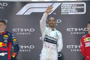 Il sorriso di Lewis Hamilton sul podio di Abu Dhabi (foto da: twitter.com)