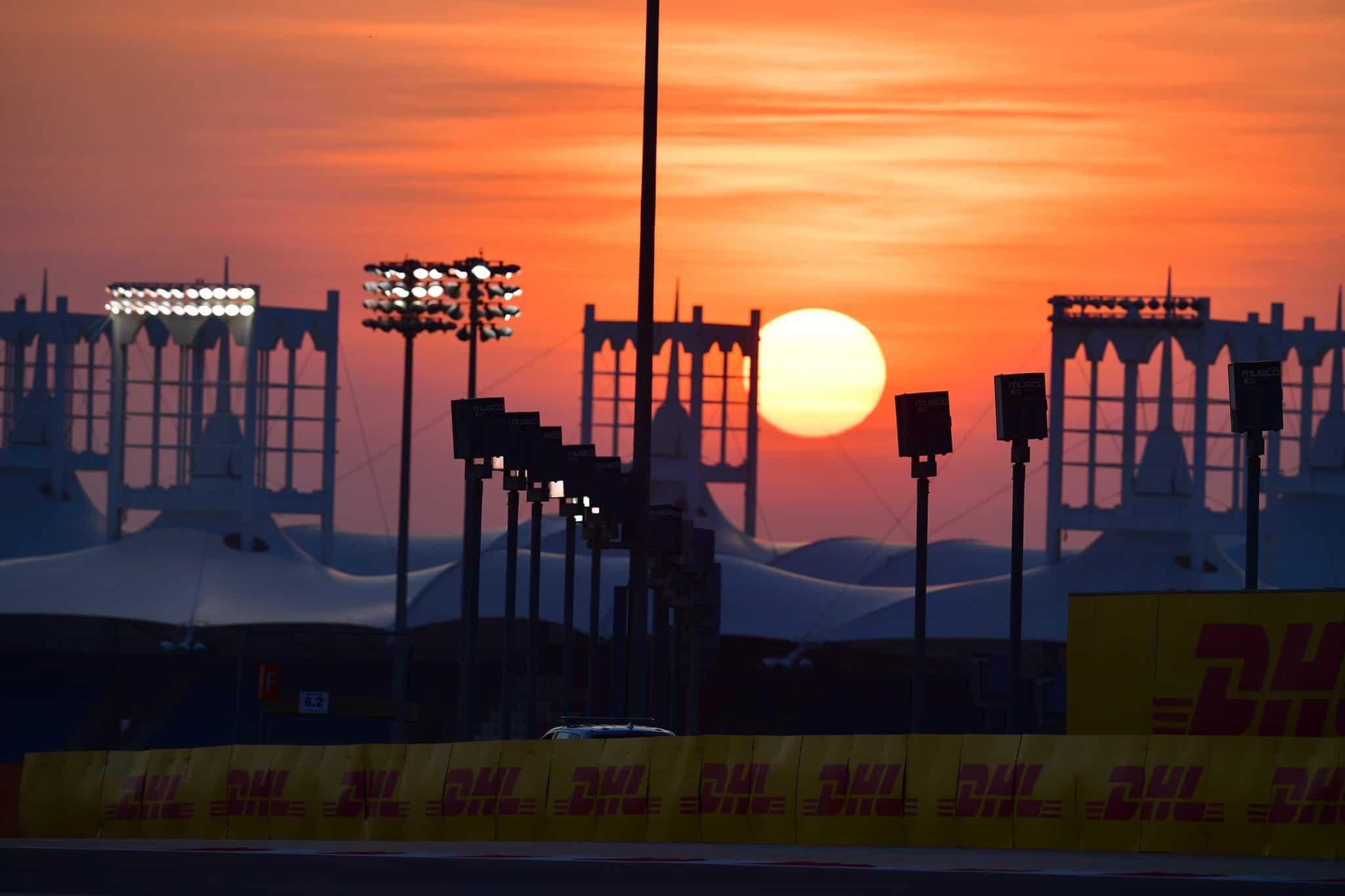 Un suggestivo tramonto al Sakhir, teatro questo weekend della seconda gara consecutiva in questo Mondiale 2020, che sta giungendo appunto al suo tramonto (foto da: twitter.com)