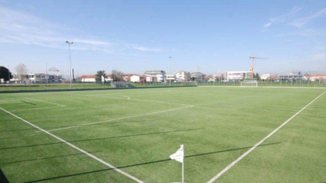 Un campo in erba sintetica