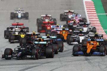 Le monoposto arrivano in curva 1 al Red Bull Ring, subito dopo il via del Gran Premio di Stiria 2020 (foto da: twitter.com)