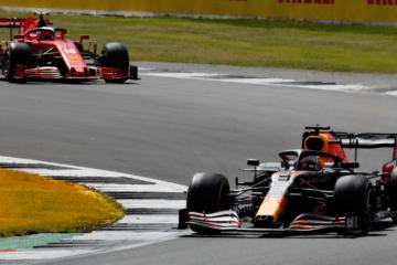 Max Verstappen, inseguito da Charles Leclerc, nelle prime fasi del Gran Premio di Gran Bretagna 2020 (foto da: twitter.com/redbullracing)