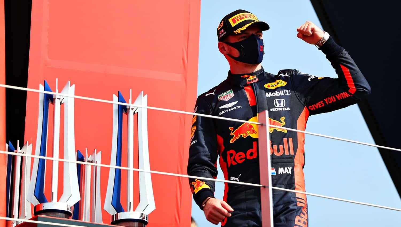 Un Max Verstappen soddisfatto sul podio del GP del 70° Anniversario (foto da: twitter.com/redbullracing)