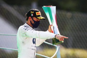 Pierre Gasly sul podio di Monza, con in mano il trofeo del vincitore del Gran Premio d'Italia 2020 (foto da: twitter.com/AlphaTauriF1)