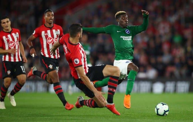 Hoedt in azione con la maglia del Southampton.  Fonte: Twitter Hoedt