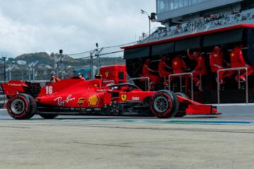 Charles Leclerc lascia il box della Ferrari durante le Qualifiche di Sochi, sotto lo sguardo del muretto di Maranello (foto da: twitter.com/ScuderiaFerrari)