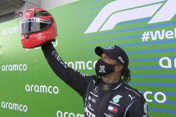 Lewis Hamilton, con  il casco di Michael Schumacher donatogli dal figlio Mick al Nurburgring (foto da: twitter.com)
