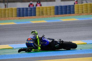 Valentino Rossi, in ginocchio mentre tenta di tirar su la sua M1, dopo la scivolata alla Dunlop Chicane di domenica (foto da: twitter.com)
