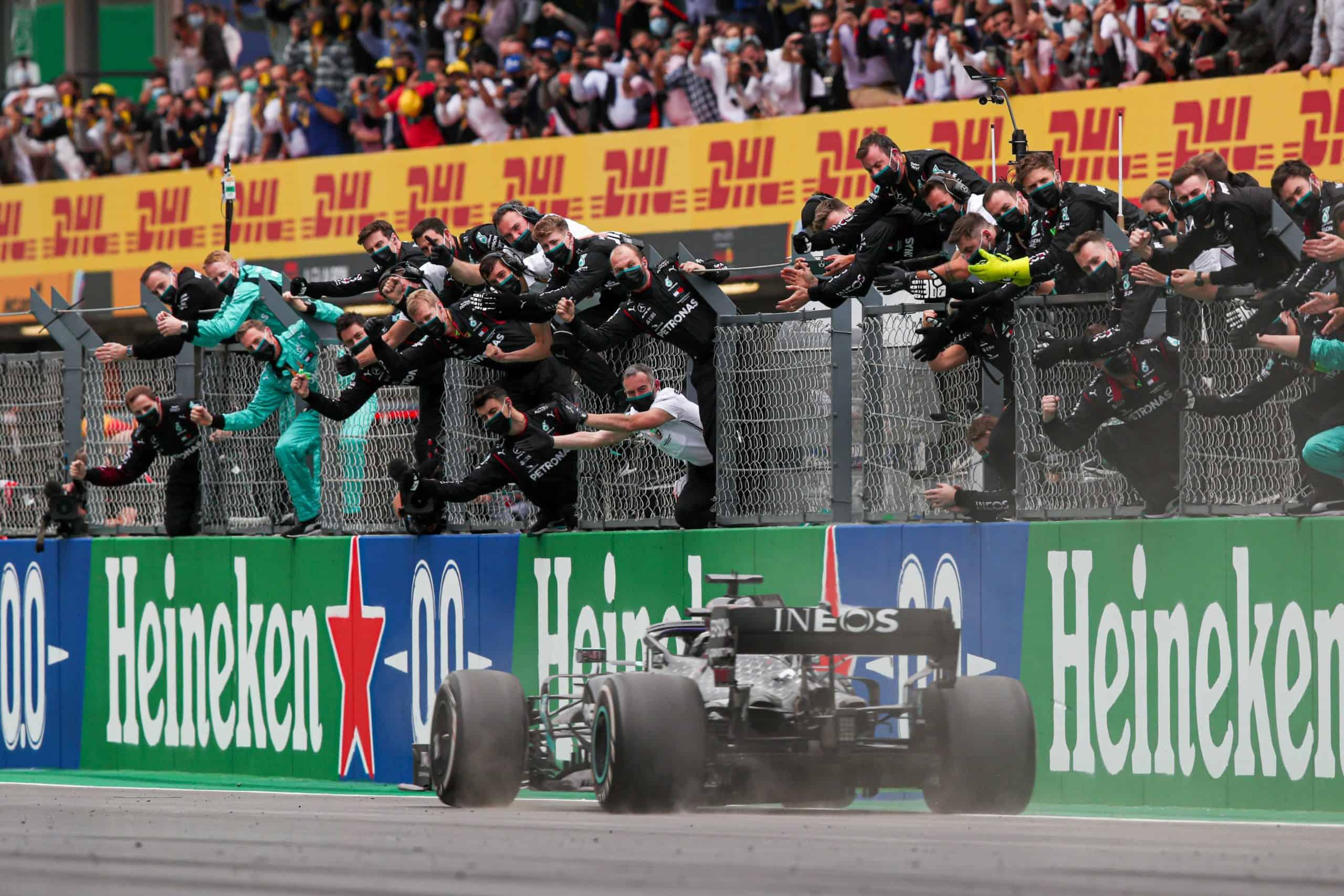 Lewis Hamilton ottiene l'ennesima vittoria della sua carriera, in Portogallo (foto da: twitter.com)