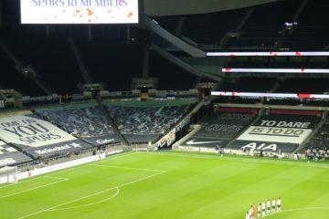 Panoramica dello stadio degli Spurs ad inizio di una partita