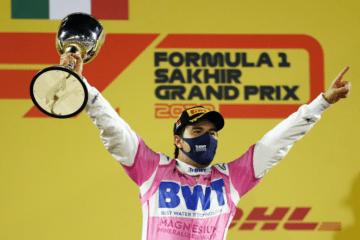 Sergio Perez, festante sul podio del GP del Sakhir 2020, sua prima vittoria in Formula 1 (foto da: twitter.com)