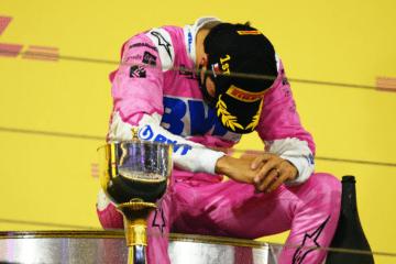 Un commosso Sergio Perez, sul podio del GP del Sakhir 2020 (foto da: twitter.com/F1)